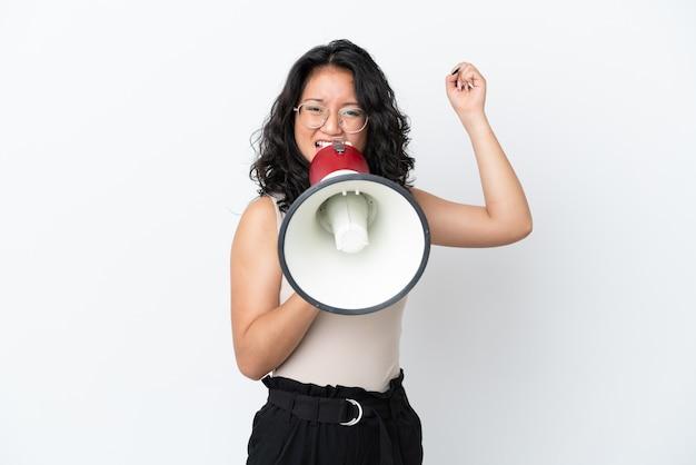 흰색 배경에 격리된 젊은 아시아 여성이 확성기를 통해 무언가를 발표하도록 외쳤다
