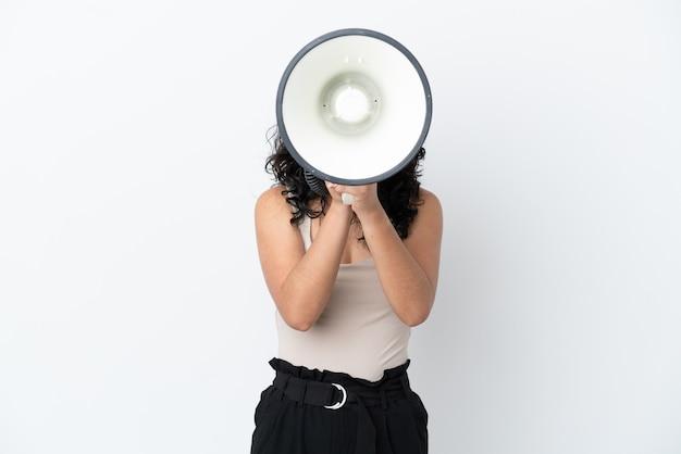 Молодая азиатская женщина, изолированная на белом фоне, кричит в мегафон, чтобы что-то объявить