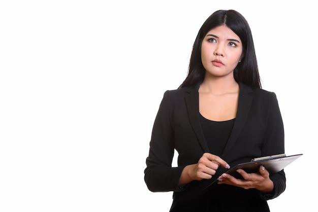 Молодая азиатская женщина изолирована на белом