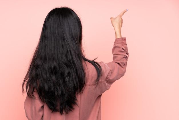 孤立した若いアジアの女性