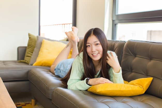 유쾌 하 고 자신있게 웃 고 젊은 아시아 여자
