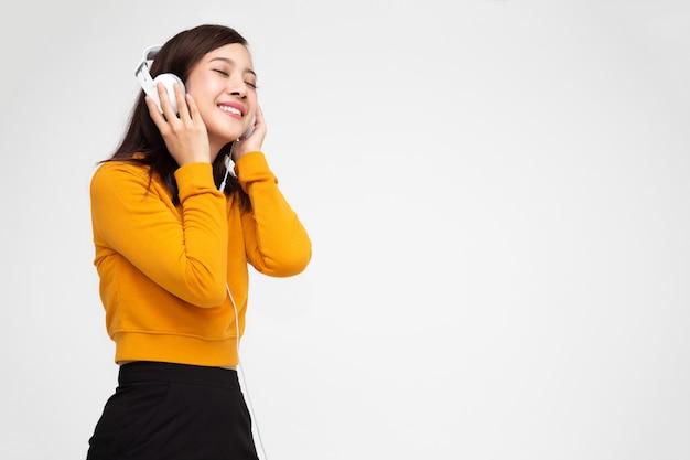 젊은 아시아 여성 듣는 음악