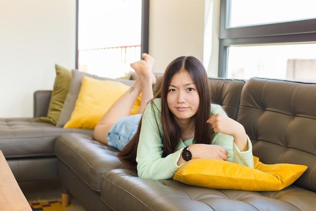 오만, 성공, 긍정적이고 자랑스러워 보이는 젊은 아시아 여성, 자기를 가리키는
