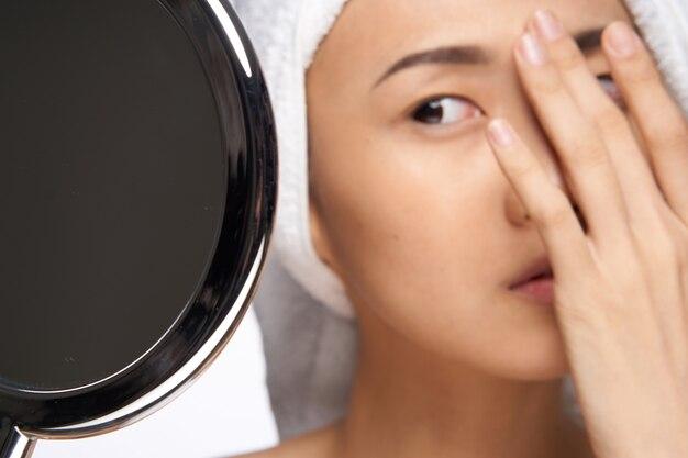 거울을보고 젊은 아시아 여성