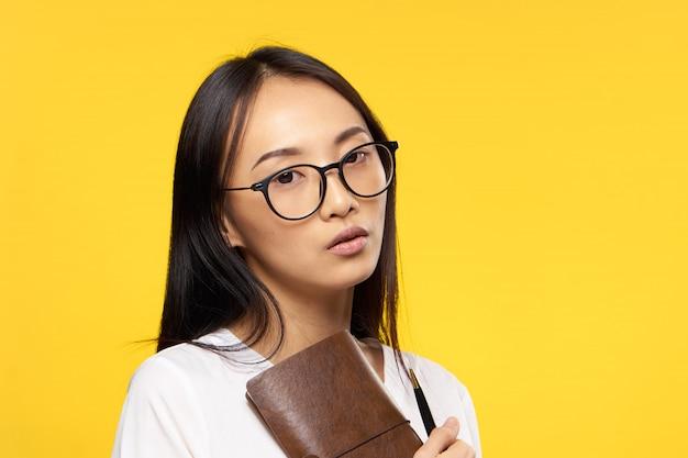 Молодая азиатская женщина на голубой стене позирует, разные эмоции, макет