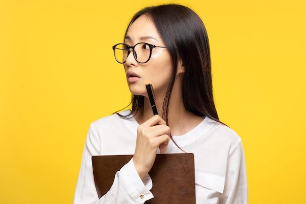 Молодая азиатская женщина на желтом фоне