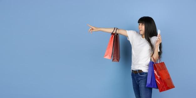 Молодая азиатская женщина на синем
