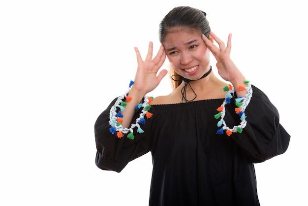 Молодая азиатская женщина на белом