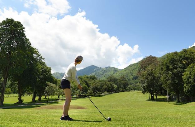 아름다운 자연 골프 코스에서 골프를 재생하는 젊은 아시아 여성