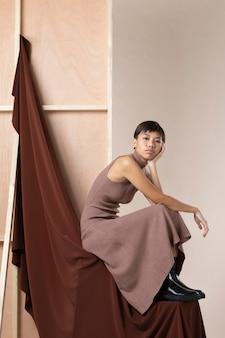 Giovane donna asiatica in posa in abiti autunnali