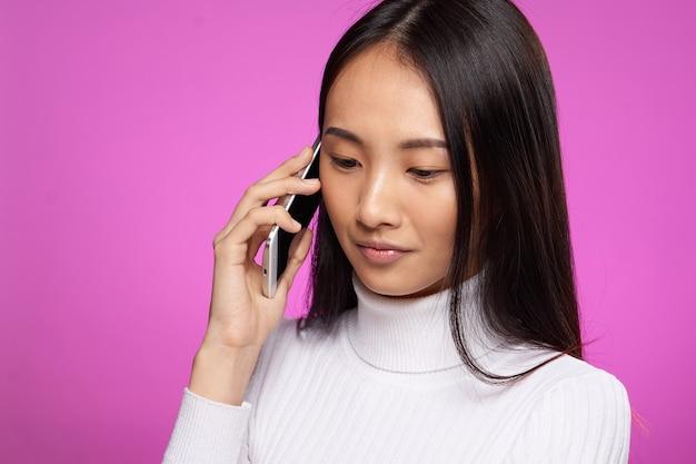 Молодая азиатская женщина позирует, разные эмоции
