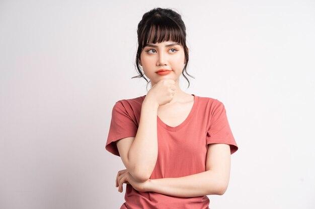 白でポーズをとる若いアジアの女性