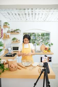 Молодая азиатская женщина записывает видео для своего блога