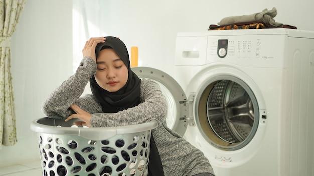 Молодая азиатская женщина возмущается, видя грязную одежду дома