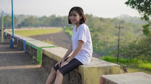 조깅 후 휴식을 취하는 젊은 아시아 여성