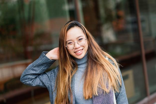 Молодая азиатская женщина, портрет грустное лицо в городе вечером