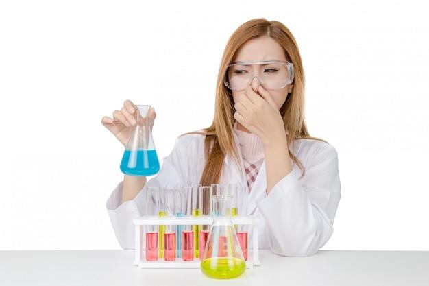 Эксперимент молодого азиатского ученого женщины пахнуть в лаборатории