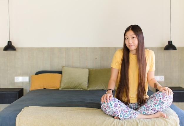 猛烈に叫び、積極的に叫び、ストレスと怒りを見て若いアジアの女性