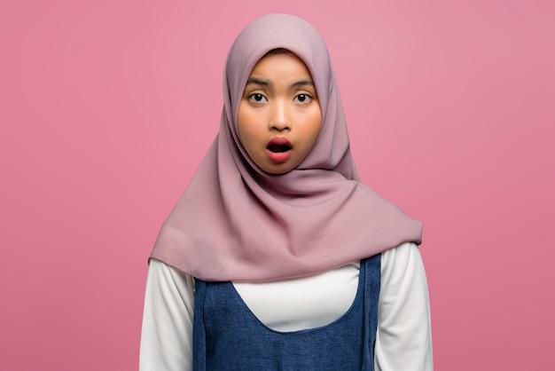 Молодая азиатская женщина потрясена открытым ртом