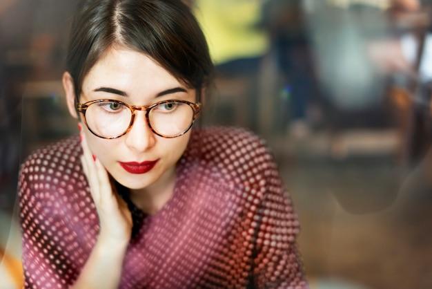 Молодая женщина азиатских стрелять