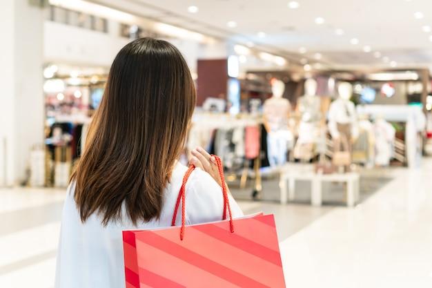 デパートで買い物をする若いアジア人女性