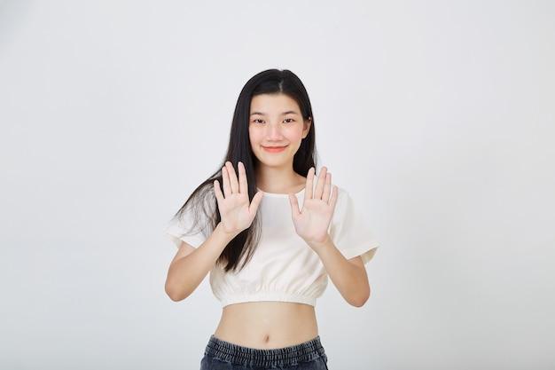 Молодая азиатская женщина, показывающая две руки, останавливает жест
