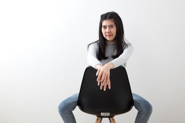 アジアの若い女性が椅子に座って