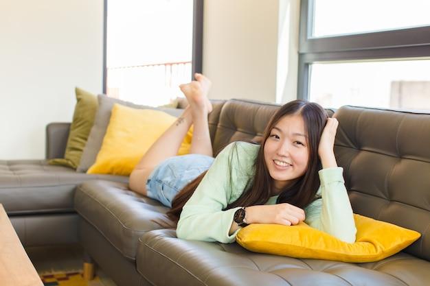 웃 고 편안한 느낌 젊은 아시아 여자