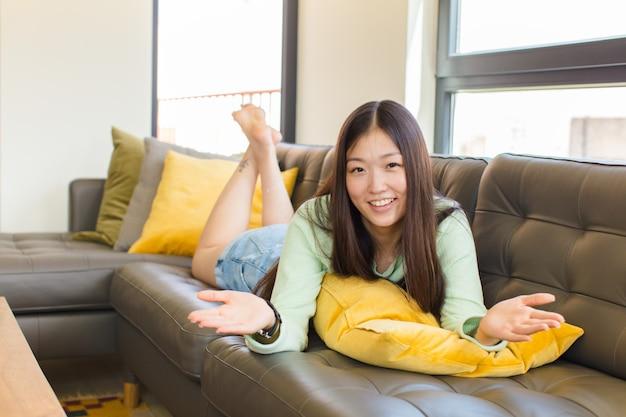 행복하고 사랑스러운 느낌, 따뜻하고 친절하고 사랑스러운 환영 포옹을 유쾌하게주는 젊은 아시아 여성