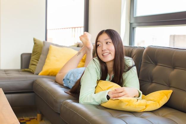 유쾌 하 게 웃 고 젊은 아시아 여성