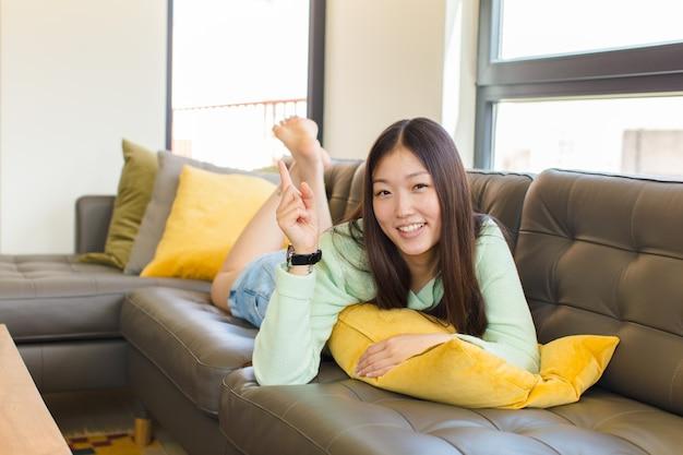 서 고를 가리키는 젊은 아시아 여성