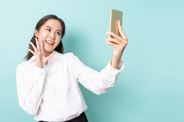 Selfieを取る若いアジア女性