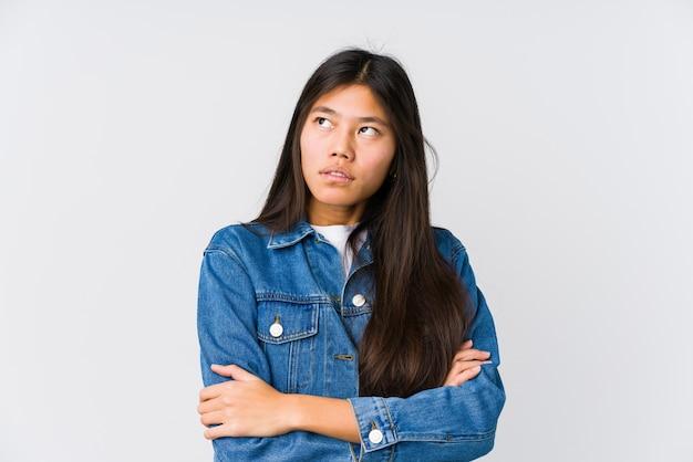 Молодая азиатская женщина устала от повторяющейся задачи.