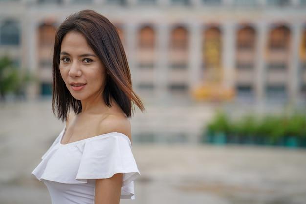 태국 방콕에서 랜드 마크를 여행하는 젊은 아시아 여자.