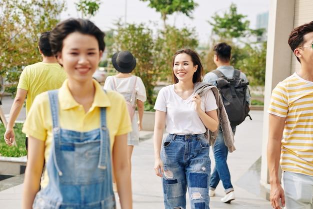 야외에서 걷는 젊은 아시아 여성