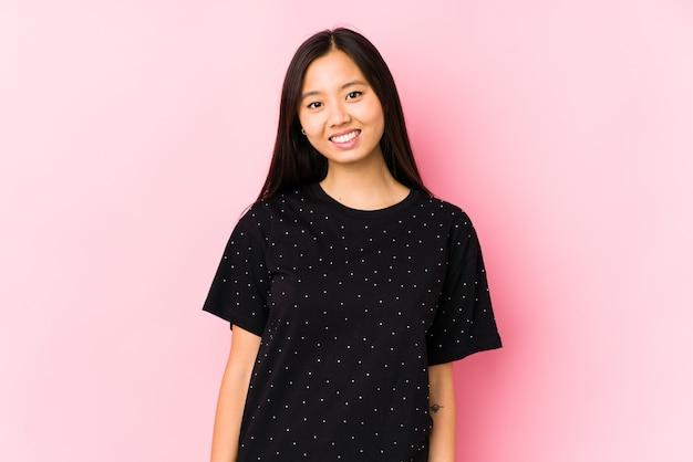 우아한 옷을 입고 젊은 아시아 여자는 행복, 미소 및 쾌활한 격리.