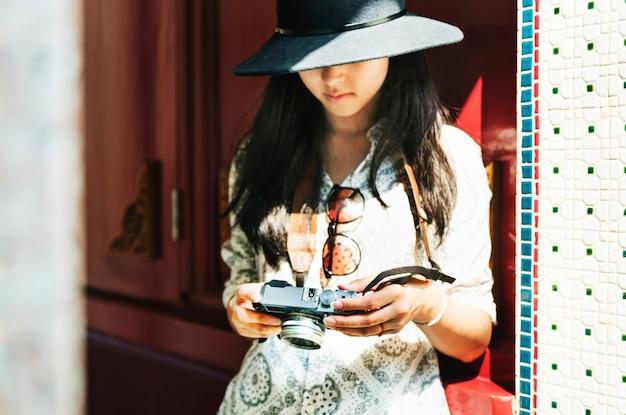 カメラ付き若いアジア人女性