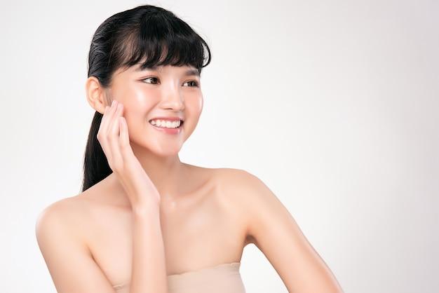 깨끗하고 신선한 피부를 가진 젊은 아시아 여성