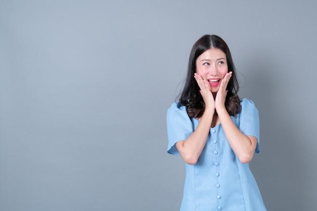 행복하고 흥분 얼굴을 가진 젊은 아시아 여성
