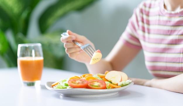 건강한 식사를 하는 젊은 아시아 여성
