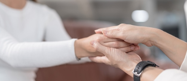 メンタルヘルスに問題のある若いアジア人女性が心理学者に会い、メンタルセラピーに相談します。心理学とメンタルセラピーの概念