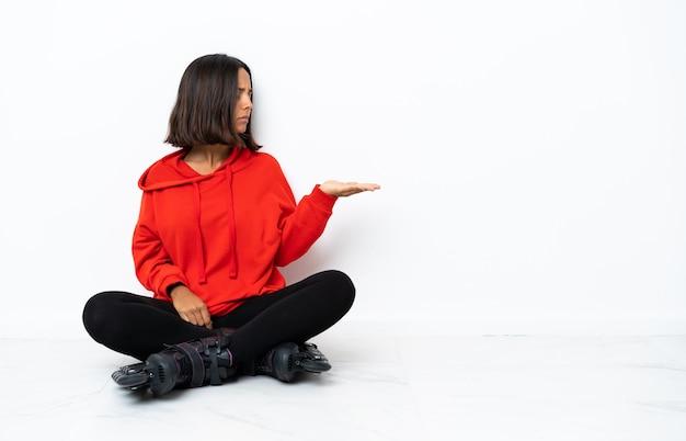의심과 copyspace를 들고 바닥에 롤러 스케이트와 젊은 아시아 여자