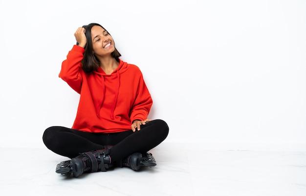 많이 웃 고 바닥에 롤러 스케이트와 젊은 아시아 여자