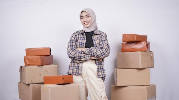 Молодая азиатская женщина, работающая для продажи продуктов в интернете, изолирована на белом фоне