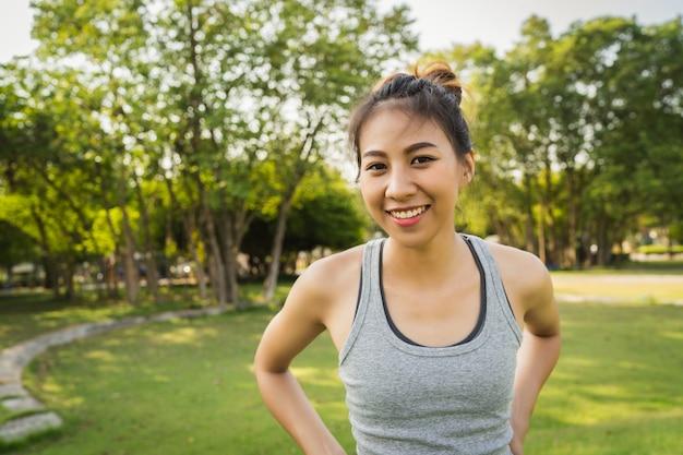 젊은 아시아 여성 요가 야외 요가를 연습하는 동안 진정 유지하고 묵상