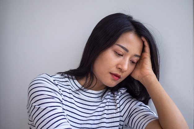 젊은 아시아 여성들은 슬프고 실망합니다. 여성은 우울증 증상이 있습니다. 슬프고 외로운 개념