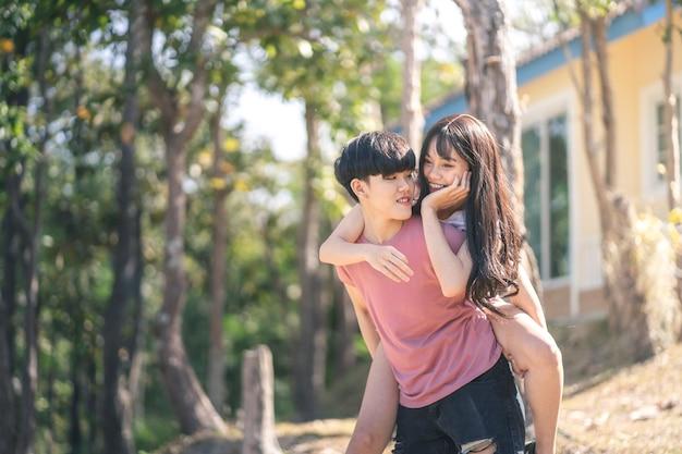 若いアジアの女性lgbtqレズビアンのロマンチックなカップルはコンセプトが大好きです。