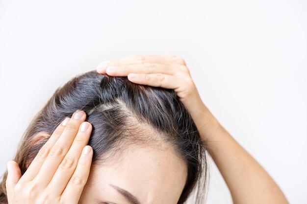 Молодые азиатские женщины обеспокоены проблемой выпадения волос