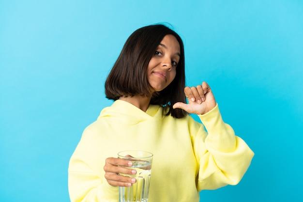 파란색 자랑스럽고 자기 만족에 고립 된 물 한 잔을 가진 젊은 아시아 여자
