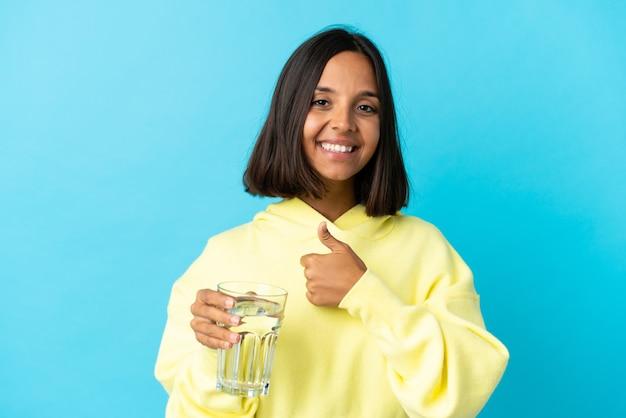 절연 물 한 잔으로 젊은 아시아 여자
